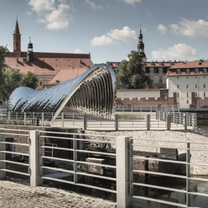 Nawa - Rzeźba Architektoniczna, Wrocław, Zięta Prozessdesign. Rzeźba Nawa zaprojektowana przez Oskara Ziętę, wzniesiona została na Wyspie Daliowej. Polerowana powierzchnia stalowej NAWA odzwierciedla jej otoczenie. Daje to widzom inne wrażenia za każdym razem. Fot. materiały prasowe