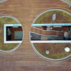 Przedszkole w Kleszczówce, Żory, Toprojekt. Zamiast tego architekci zdecydowali się na parterowy budynek o zaokrąglonych narożnikach, który wypełnił prawie całą możliwą do zabudowania powierzchnię, a dla zabaw na wolnym powietrzu zaprojektowali rozległy taras na dachu. Fot. materiały prasowe