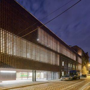 Wydział Radia i Telewizji Uniwersytetu Śląskiego, Katowice, BAAS arquitectura, Grupa 5 Architekci, Małeccy Biuro Projektowe. Obiekt, którego powierzchnia wynosi 4,8 tys. m kw., mieści się w pobliżu obecnego kampusu uniwersyteckiego, przy ul. św. Pawła. Budynek zaprojektowano na planie prostokąta z wewnętrznym atrium. W zależności od strony jest on jedno-, dwu- i czterokondygnacyjny (nie licząc podziemnego parkingu). Fot. materiały prasowe