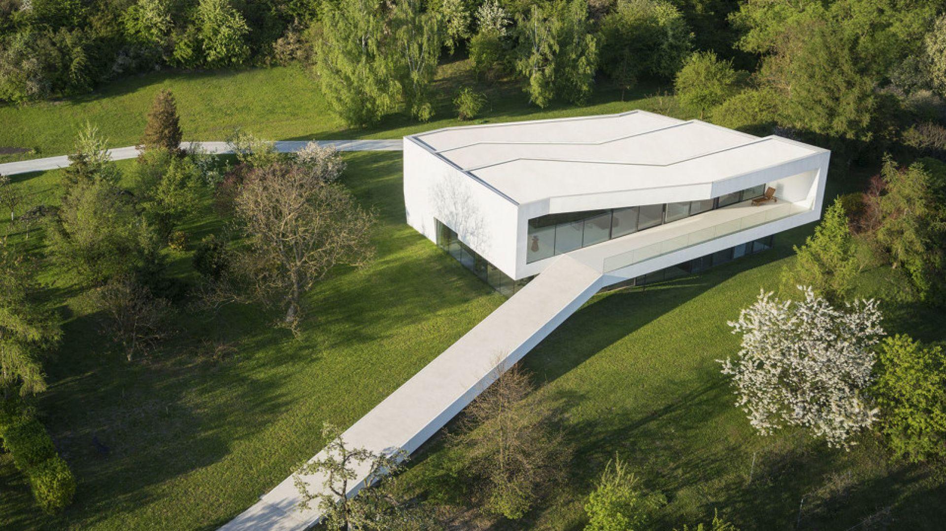 Dom po drodze, Płock, Robert Konieczny - KWK Promes. Dom zaprojektowano na skarpie, a klientem był człowiek o bardzo stanowczych i nienegocjowalnych wymaganiach. Aby im sprostać, Konieczny opracował niezwykłą formę budynku unoszącego się nad zboczem i