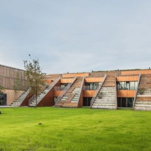 Akademeia High School, Warszawa, Medusa Group. Obiekt jest kwalifikowany do międzynarodowego certyfikatu LEED, potwierdzającego stosowanie rozwiązań w zakresie proekologicznego projektowania budynków, ich budowy, użytkowania i konserwacji. Fot. materiały prasowe