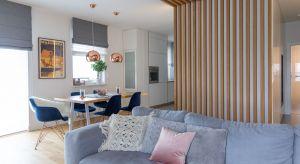 Połączenie wspomnień z wakacji na Majorce ze skandynawskim designem stworzyło przestrzeń w klimacie hygge, wyjątkową pod wieloma względami. Główną dekorację części dziennej i serce całego mieszkania stanowi oryginalna zabudowa z drewnianych