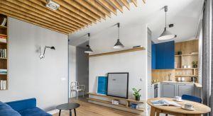 Małe, nieustawne pomieszczenia zamieniono w otwartą przestrzeń. Większość ścian wyburzono lub przesunięto, aby powiększyć łazienkę, połączyć kuchnię z salonem, stworzyć wygodny hol, garderobę i miejsce do pracy.Dzięki temu powstała c