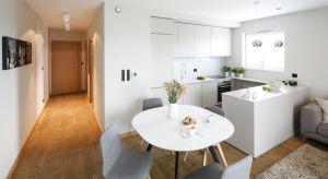Białe kuchnie wciąż cieszą się dużym uznaniem Polaków. Dlaczego? Są ponadczasowe doskonale łącza się z drewnem czy kolorowymi akcentami. Dodatkowo biel w małych kuchniach doskonale optycznie powiększaja wnętrze.