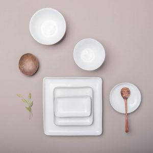 Naczynia w japońskim czy chińskim stylu są piękne, oryginalne i – co bardzo ważne – idealnie pasują do oszczędnie urządzonych nowoczesnych wnętrz. Fot. Dutchhouse