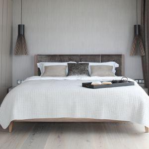 Aranżacja sypialni - wykończenie ściany za łóżkiem. Projekt: Magdalena Lehman. Fot. Bartosz Jarosz