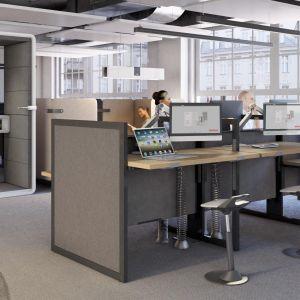 Funkcjonalne biurko do pracy w pozycji siedzącej i stojącej. Fot. Mikomax