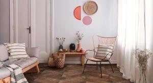 Drewno to materiał, który się nie nudzi, czy to w meblach, drzwiach czy na podłodze. Drewniana podłoga - zarówno nowoczesna, jak i w klasycznym stylu - zawsze będzie ponadczasowa. Panujące trendy we wnętrzach decydują o popularności określonyc