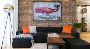 Projekt kawalerki powstał z zamiłowania właściciela do pofabrycznej tradycji Łodzi, ale też do minimalizmu i nowoczesności. Dominantą kompozycyjną jest ceglana ściana, która przebiega wzdłuż całego mieszkania i stanowi doskonałe tło dla ni