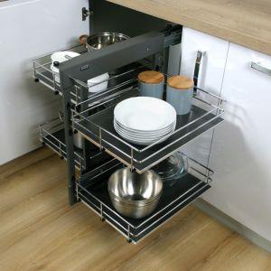 Stworzony z myślą o szafkach rogowych Corner Comfort Rejs pozwala w pełni wykorzystać przestrzeń i zapewnia łatwy dostęp do przechowywanych produktów.  Fot. Rejs