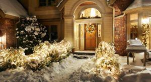 Migocące lampki, bombki i girlandy rozmieszczone wokół domu dodadzą posiadłości kolorów i ożywią ogród, który zapadł w zimowy sen.