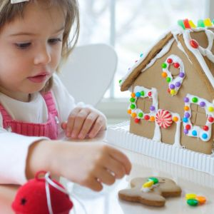 Dzieciom sprawimy dużo radości dekorując z nimi świąteczny domek z piernika. Fot. Shutterstock