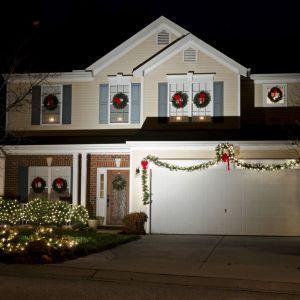 Nawet kiedy zabraknie śniegu, światełka i girlandy zapewnią niepowtarzalny, świąteczny nastrój. Fot. Shutterstock