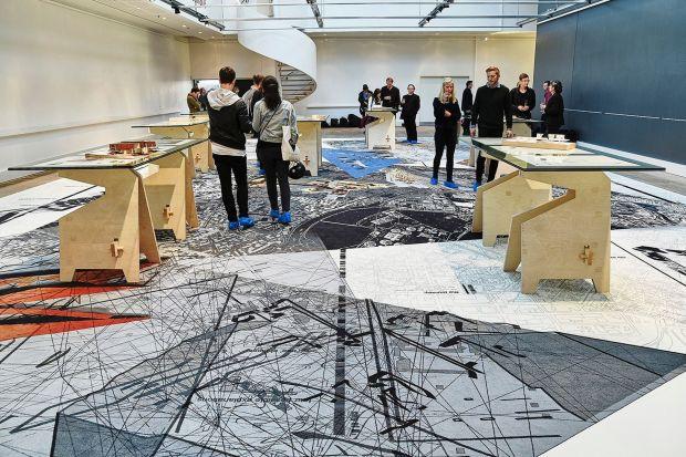 Każda przestrzeń sztuki opowiada pewną historię, a elementy wyposażenia wnętrz są jej częścią i jednym z rozdziałów, który - odpowiednio napisany - wywoła w odbiorcach pożądane przeżycia estetyczne. Podłogi mogą uzupełniać wystawy, wz