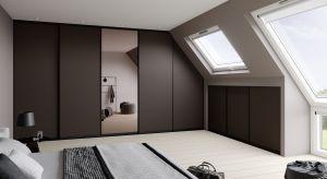 Poddasze to idealne miejsce na urządzenie sypialni. Największym wyzwaniem są nieustawne przestrzenie pod skosami, które wymagają zamawiania rozwiązań na wymiar. I tu z pomocą przychodzą systemydostępne obecnie na rynku.