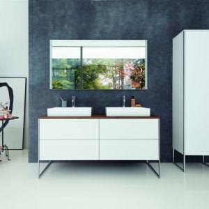 Cechą charakterystyczną współczesnej i luksusowej kolekcji łazienkowej XSquare jest chromowany profil okalający meble. Fot. Duravit