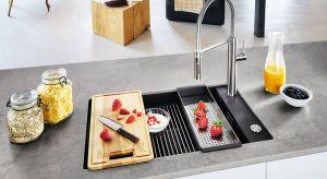 Wnętrzarskie trendy śmiało wkraczają do kuchni. Meble kuchenne przypominają rozwiązania znane dotychczas z salonu. Dziś każdy element kuchni jest starannie zaprojektowany, dotyczy to również strefy zmywania.