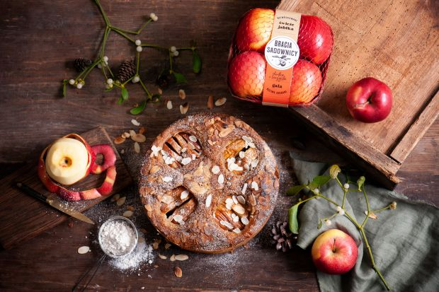 Korzenne przyprawy, puszyste ciasto i słodka, soczysta Gala – idealna kompozycja smaków i aromatów, nie tylko na Święta. Wypróbuj łatwy w wykonaniu, domowy wypiek. Po prostu pyszny!