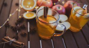 Cynamon, imbir, goździki – przyprawy korzenne, które rozgrzewają i smakują. A gdyby tak połączyć je z naturalnym, tłoczonym sokiem jabłkowym i przygotować pyszny świąteczny grzaniec?