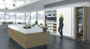 """W nowoczesnych aranżacjach dużą wagę przywiązuje się do otwartych przestrzeni, w których nie ma wyraźnego podziału pomiędzy salonem a kuchnią. Ta jednak nie zawsze wygląda reprezentacyjnie - ma swoje """"robocze"""" oblicze, które może rzutowa"""