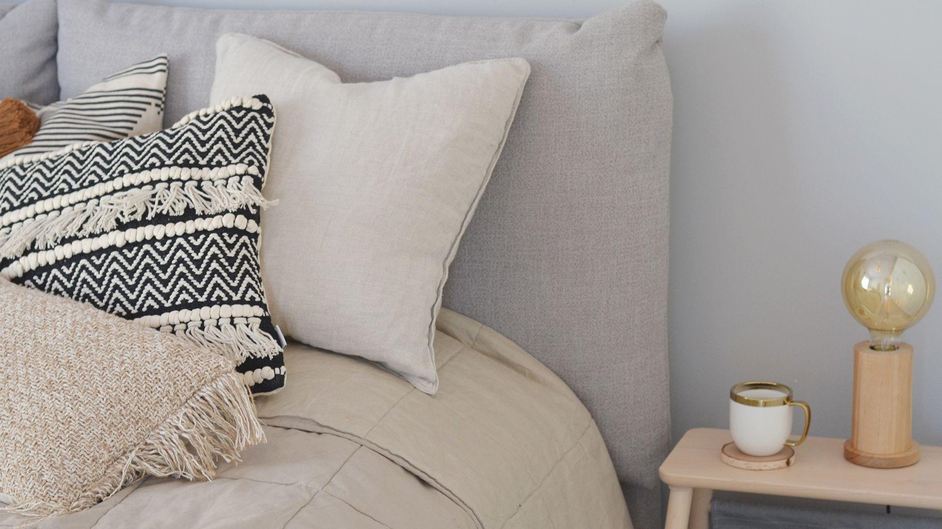 Dodatki w sypialni pełnią szczególną funkcję – pozwalają nam stworzyć nie tylko estetyczne miejsce, ale również naszą prywatną i intymną przestrzeń. Fot. Comforteo