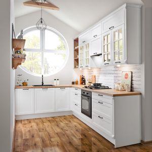Zabudowa kuchenna zmieniła swój wizerunek. Minimalistyczne, gładkie płaszczyzny frontów urozmaicamy witrynami szklanymi, a symetryczne moduły szafek przełamują swobodnie rozmieszczone otwarte półki. Fot. KAM