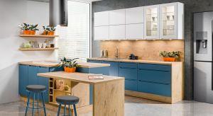 W kuchennych trendach czuć powiew nowości.Coraz częściej minimalistyczną zabudowę meblową zastępują bardziej dekoracyjne elementy, które urozmaicają bryłę mebli i przełamują jednolity rytm prostych, gładkich frontów. W modnej kuchni poj