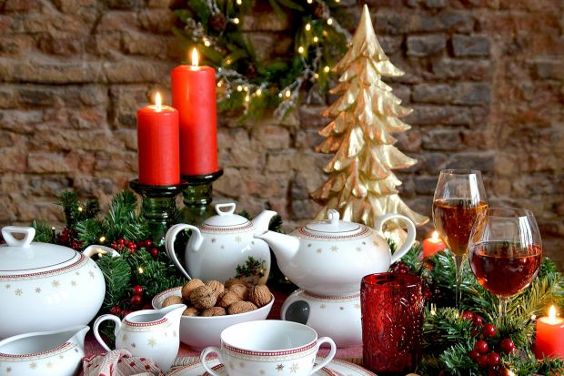 Urocza dekoracja Holly łączy w sobie wszystko, co w świątecznym wzornictwie lubimy najbardziej – połyskujące złotem śnieżynki, czerwień owoców ostrokrzewu i soczystą zieleń gałązek. Nie zbrakło również renifera – wiernego pomocnika �