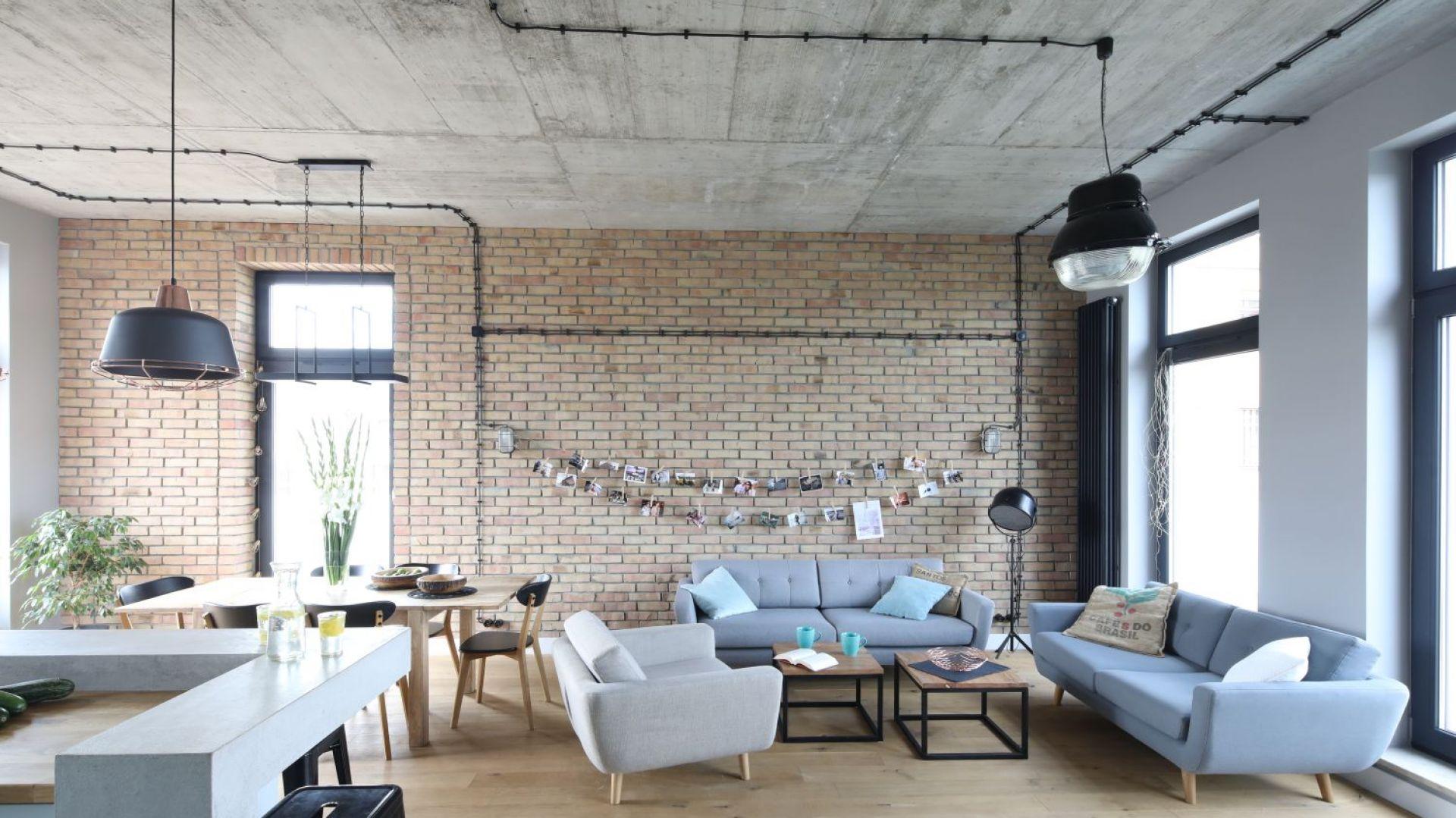 Autorka projektu podkreśliła industrialny sznyt wnętrza pozostawiając nieotynkowane betonowe ściany. Projekt: Maciejka Peszyńska-Drews. Fot. Bartosz Jarosz