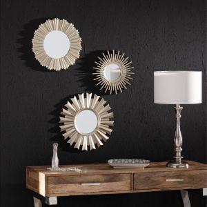 Błyszczące instalacje i lustra mogą posłużyć nie tylko jako samodzielny, efektowny dodatek. Przy odpowiednim ustawieniu rozbłysną odbijając światło sztuczne lub naturalne i tworząc wyjątkowy klimat w salonie czy w sypialni. Fot. Dekoria.pl