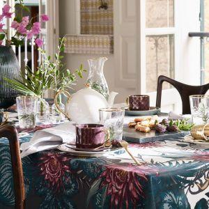 Wzorzysty obrus z bawełny z kwiatowym motywem. Fot. H&M