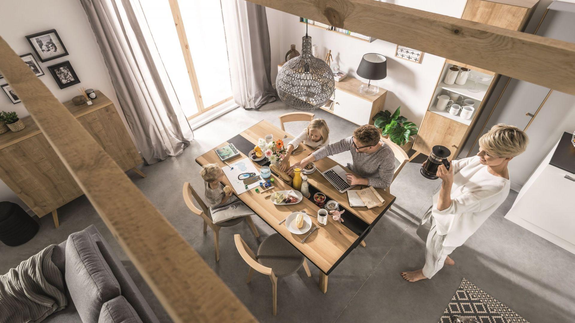 Stół z kolekcji Nature został wykonany w 100% z drewna. Przez całą jego długość biegnie wnęka, wykonana z metalu malowanego na czarno, którą można całkowicie zamknąć, otworzyć bądź częściowo zasłonić. Fot. Vox