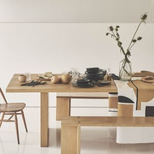 Porcelana stołowa i tekstylia do jadalni z kolekcji Raw. Fot. Zara Home