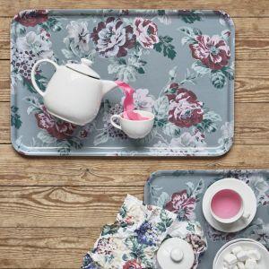 Taca i serwetki Smaksine z motywem kwiatowym. Fot. IKEA