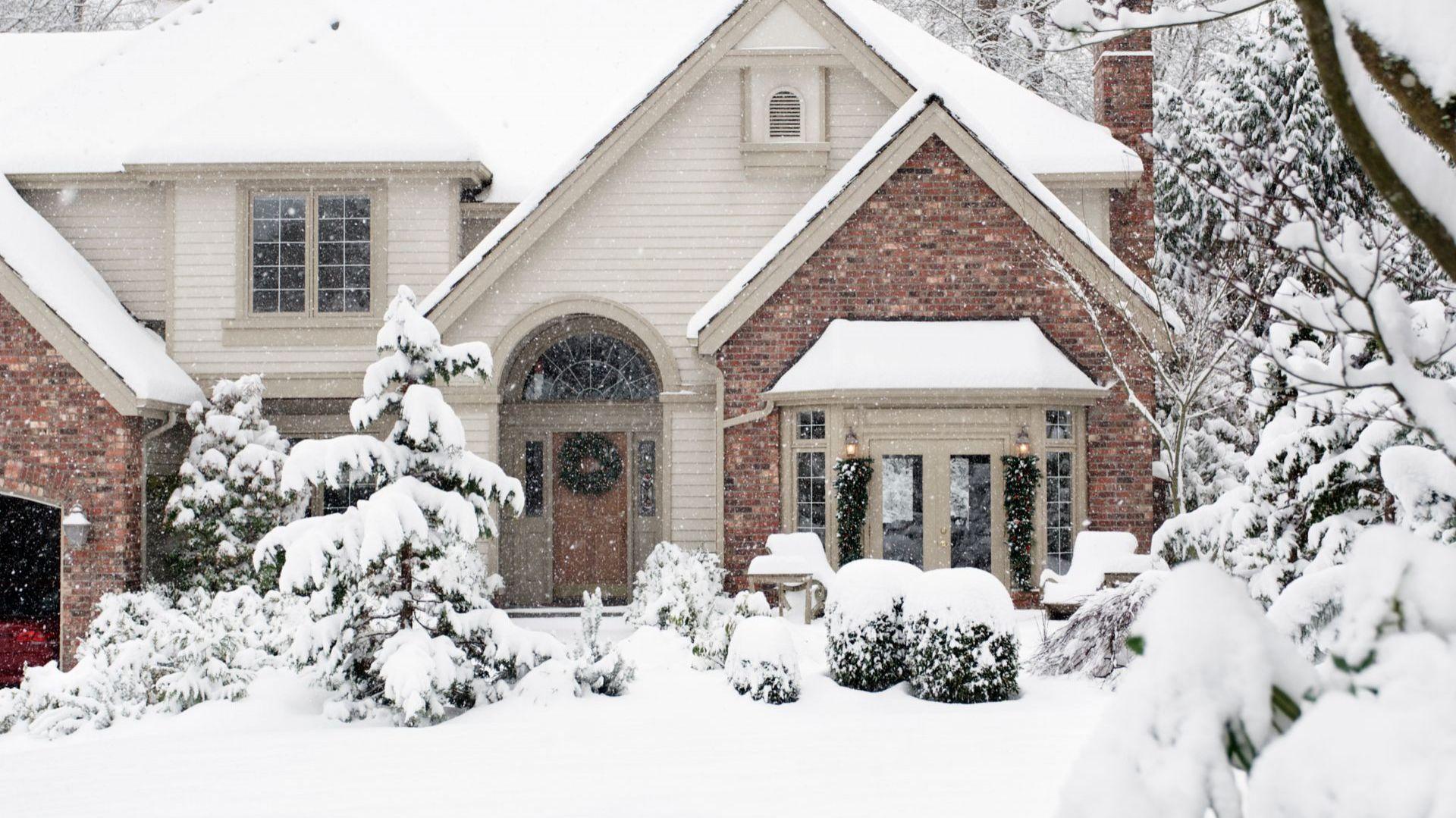 Oczyszczanie zimą chodnika przy naszej posesji jest obowiązkiem. Trzeba zrobić to nie tylko skutecznie, ale także mądrze. Fot. Shutterstock