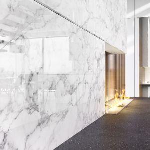 Imitacja białego marmuru to jeden ze wzorów w kolekcji szkła polimerowego Rauvisio decor. Fot. Rehau