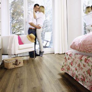 Biopodłoga Purline Wood w całości produkowana jest z surowców odnawialnych oraz mineralnych materiałów wypełniających; elegancka optyka pełnej deski, bogaty wybór dekorów (na zdj. dekor Dąb Dakota). Fot. Wineo