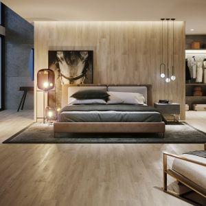 Drewnopodobne gresy z kolekcji Grand Wood Natural (20x180 cm); mocniejsze usłojenie oraz niepowtarzalna faktura pozwolą stworzyć industrialny jak i loftowy klimat. Fot. Opoczno