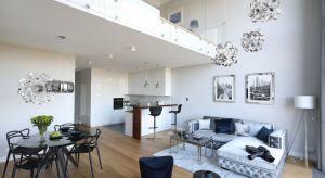 Warszawski apartament już od wejścia zachwyca wyważoną elegancją. Prawie sto metrów powierzchni użytkowej urządzono w nowoczesnym stylu z nutą glamour i nowojorskiego szyku.