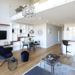 W całym mieszkaniu dominuje biel zrównoważona odrobiną szarości, z czarnymi detalami. Projekt: Katarzyna Mikulska-Sękalska. Fot. Bartosz Jarosz