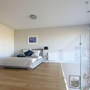 W sypialni na antresoli architekt zrealizowała marzenie każdej pani domu – dużą garderobę typu walk-in. Projekt: Katarzyna Mikulska-Sękalska. Fot. Bartosz Jarosz