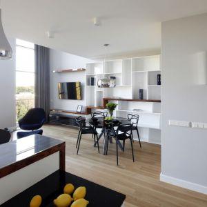 Klasyczna paleta barw podkreśla szykowny wystrój mieszkania, który budują gustowne dodatki i akcesoria w nowojorskim stylu. Projekt: Katarzyna Mikulska-Sękalska. Fot. Bartosz Jarosz