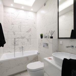 Eleganckie marmurowe przeżylenia całkowicie zdominowały wystrój łazienki na piętrze. Projekt: Katarzyna Mikulska-Sękalska. Fot. Bartosz Jarosz