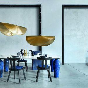 Stół Monn 33 (proj. Paola Navone) z blatem wspartym na ceramicznych nogach. Fot. Gervasoni