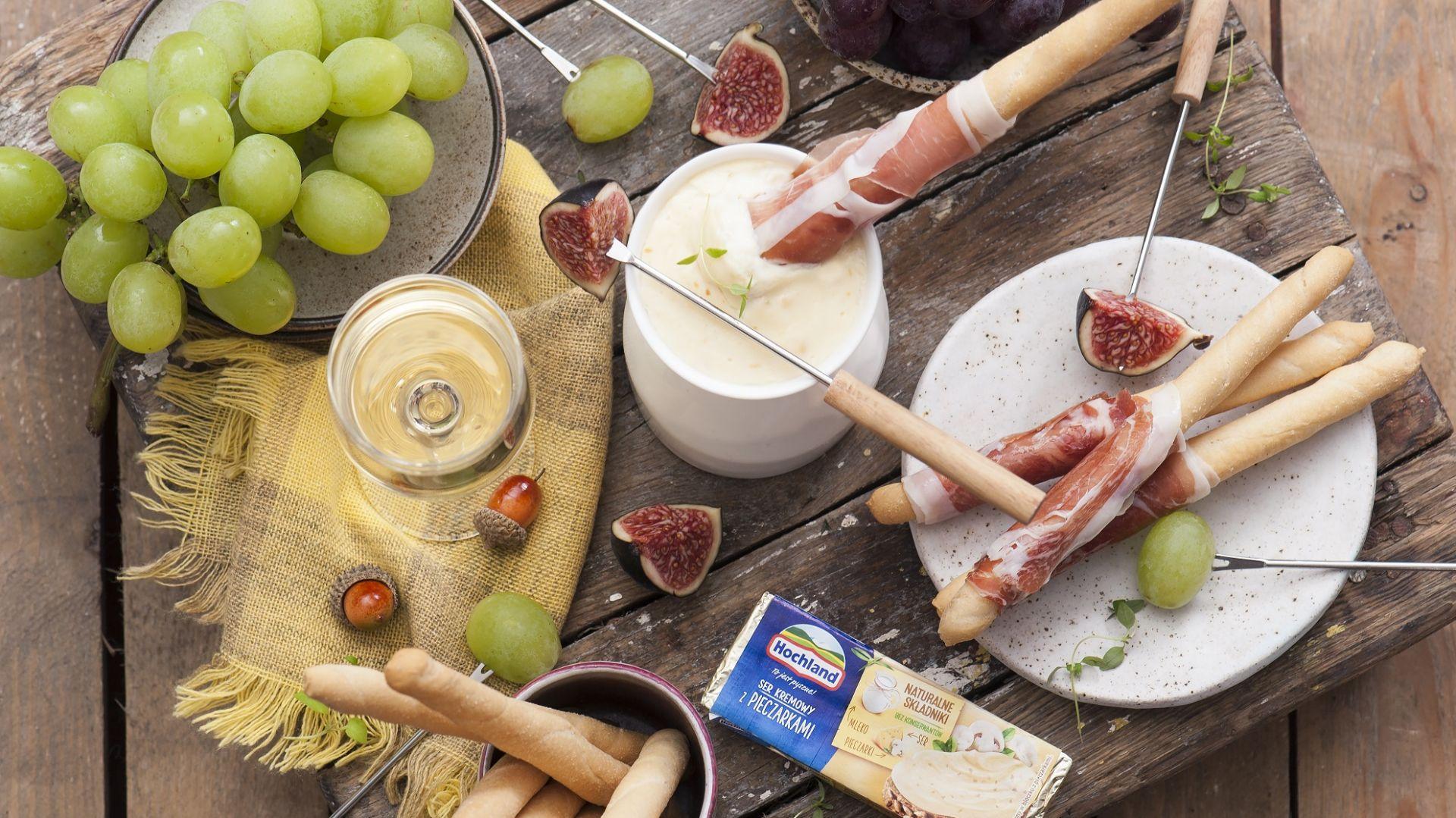 Fondue z topionego serka z grissini i szynką. Fot. Hochland