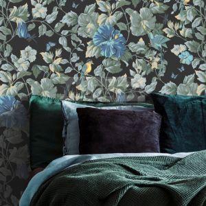 Tapetę Paradise Camila z linii Fardis zdobi bajeczny wzór z motywami fauny i flory. Fot. Muraspec