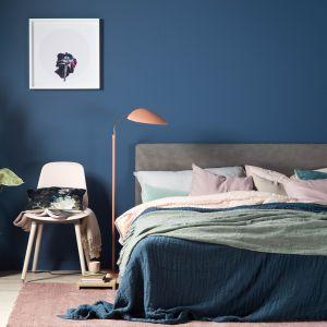 Kolor Midnight farby ściennej Beckers Designer Collection wprowadzi do sypialni aurę spokoju i odprężania.Fot. Beckers