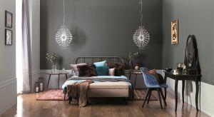 Wybierając kolory do sypialni zwykle szukamy spokojnych, neutralnych barw, które pomogą nam się wyciszyć i stworzyć aurę odprężenia.