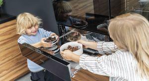 Rodzinna kuchnia to serce domu, w którym niezależnie od pory dnia, dużo się dzieje. Tu nie tylko gotujemy, ale też wspólnie spędzamy czas. Warto więc zadbać zarówno o jej walory wizualne, jak i funkcjonalność.