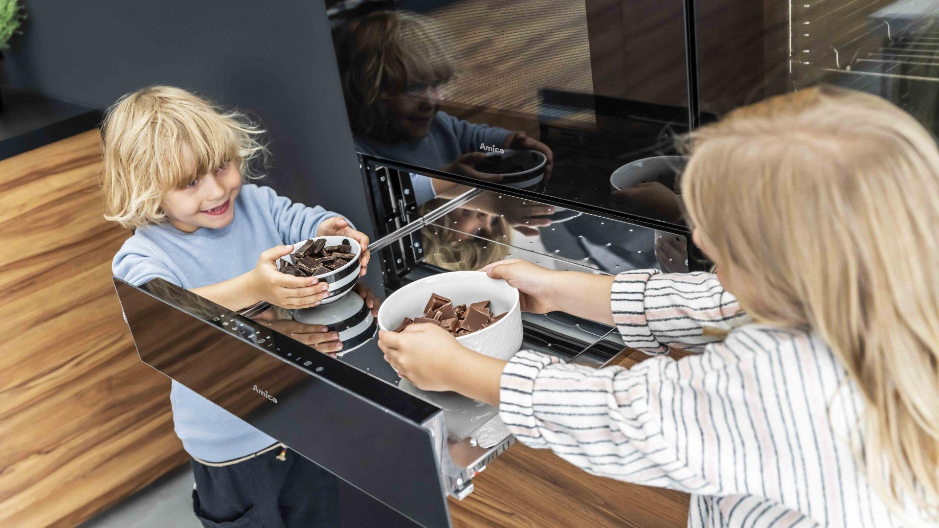 Dzięki szufladzie grzejnej X-Type możemy nie tylko utrzymać w cieple naczynia i zachować optymalną temperaturę potraw, ale także szybko rozmrażać dania. Fot.  Amica
